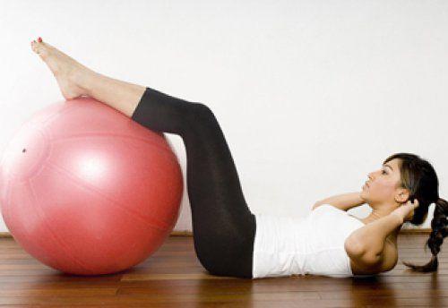 упражнение с гимнастическим мячом для пресса