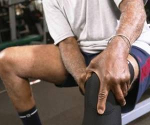Болит коленный сустав при спуске с лестницы гимнастика после протезирования плечевого сустава